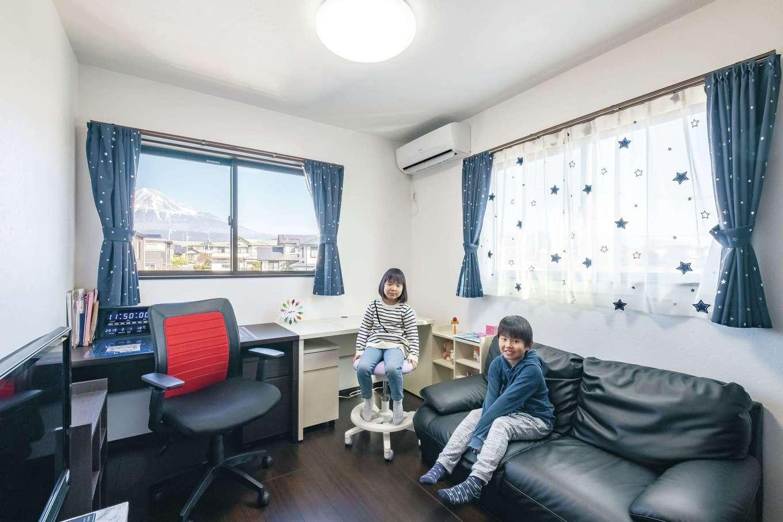 アフターホーム【デザイン住宅、間取り、インテリア】2つある子ども部屋は、今のところ一つを勉強部屋、もう一つを寝室にして共用