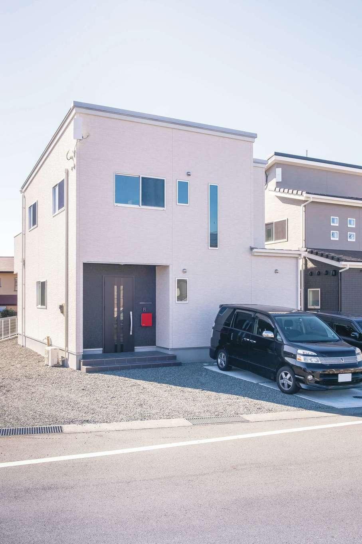 アフターホーム【デザイン住宅、間取り、インテリア】真っ白な外観に玄関まわりだけ濃色でアクセント