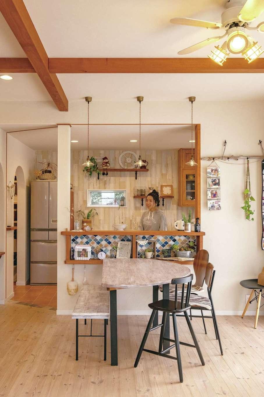 キッチンは対面式。ニッチに貼ったタイルがかわいい