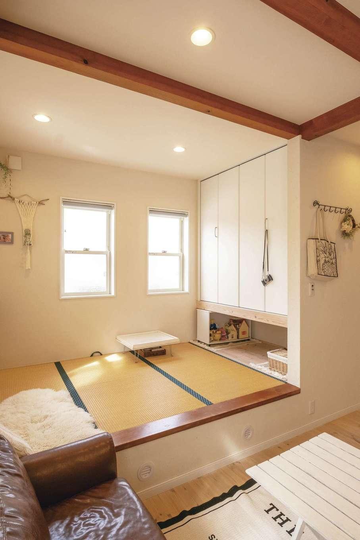 小上がりの畳の下は収納スペース。扇風機やひな人形などかさばるモノもしまえて便利