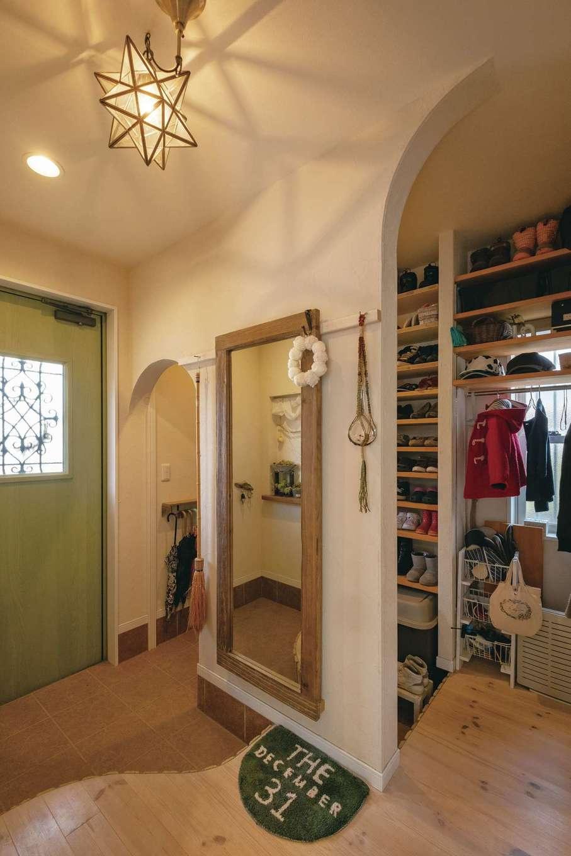 玄関の土間収納。傘やアウター、靴の置き場所がわかりやすく、家族みんなが自分で収納できる