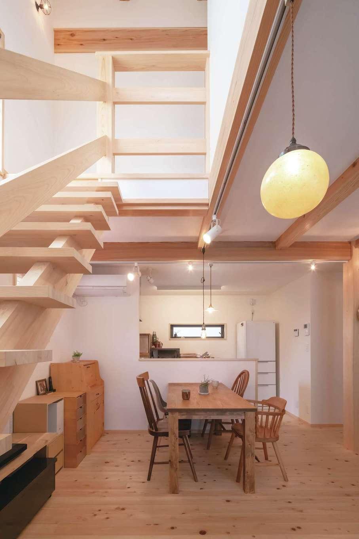フジモクの家(富士木材)【子育て、自然素材、間取り】24坪とは思えない開放感を出せるのは木造ドミノ工法ならでは。丸い照明はラクダの胃袋で製作されたもの