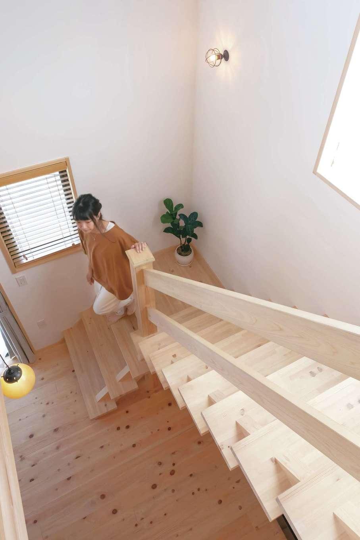 フジモクの家(富士木材)【子育て、自然素材、間取り】ヒノキで造ったオリジナルの階段はT邸のシンボル。角度・デザインまで妥協せず、こだわり抜いた宝物