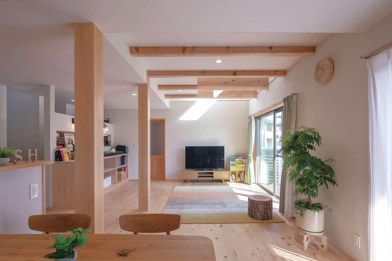 富士ひのきの香りが気持ちいい、シンプル&ナチュラルなLDK。家族の様子を見渡せる位置にキッチンを配置し、会話を楽しみながら料理できる