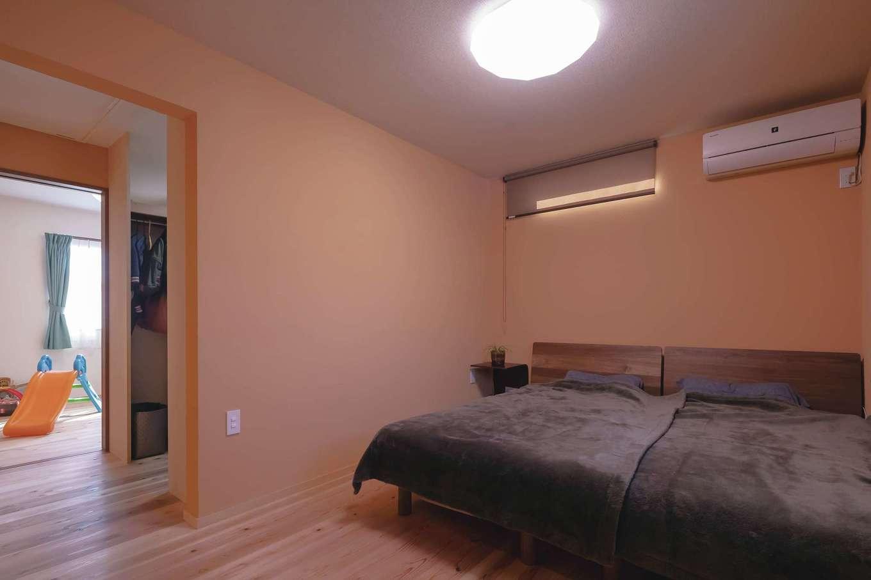 子ども部屋からもフリースペースからもアクセスできる主寝室