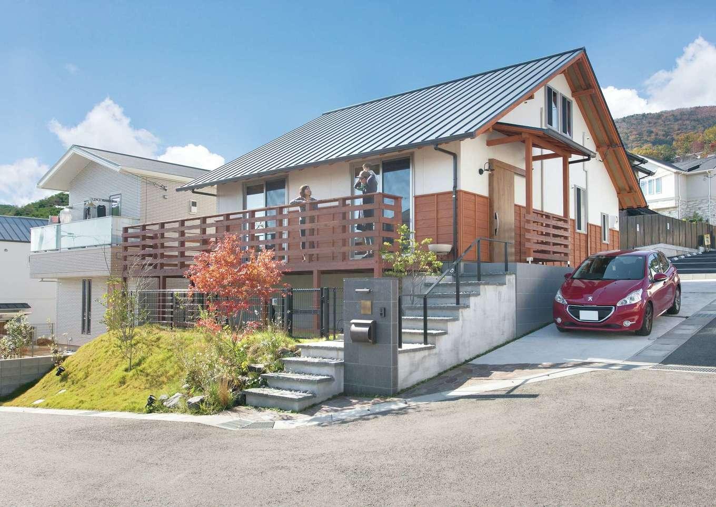 サイエンスホーム【デザイン住宅、自然素材、平屋】ユニークな地形を活かして建てたM邸は別荘のような素敵な佇まい。日本建築伝統の切妻屋根、外壁の杉板の鎧張りがさり気なく個性を主張している