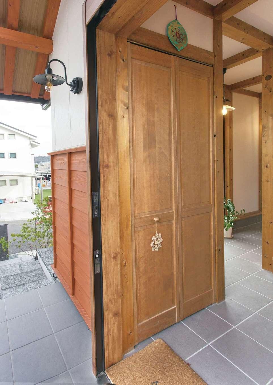 サイエンスホーム【デザイン住宅、自然素材、平屋】玄関の引き戸を開けると、長い通り土間がお出迎え。無垢の木のやさしい香りに包まれて、誰もが穏やかな気持ちになれる