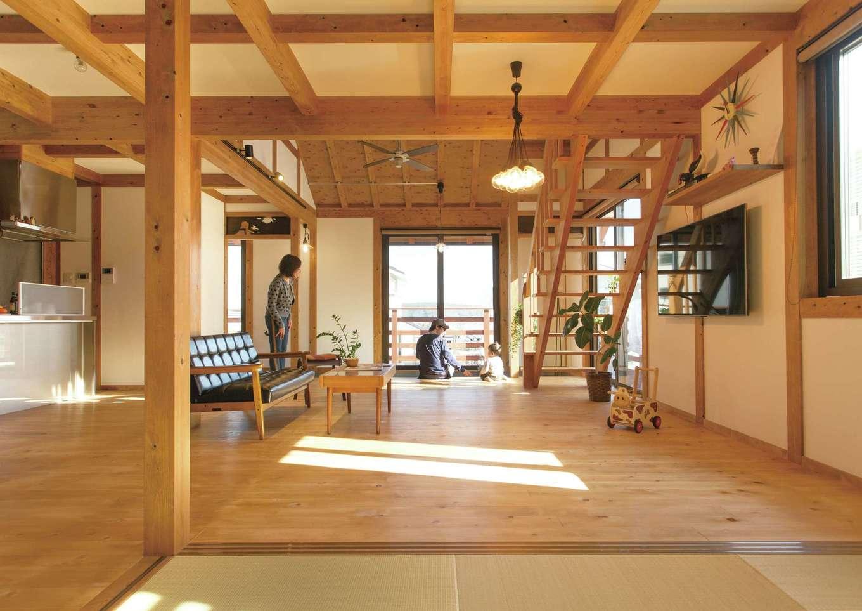 サイエンスホーム【デザイン住宅、自然素材、平屋】1階全体を広いLDK+畳コーナーにして、家族がいつも一緒にいられる空間に。肌触りのいいヒノキの床の経年美も楽しみ。掃き出し窓を開けると、L字型のウッドデッキへとつながる