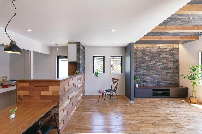 Gate air house/阿部住宅【デザイン住宅、自然素材、間取り】天然木とレンガが融合したブルックリンスタイルのLDK。天井高を変え、ゆるやかにゾーニングした