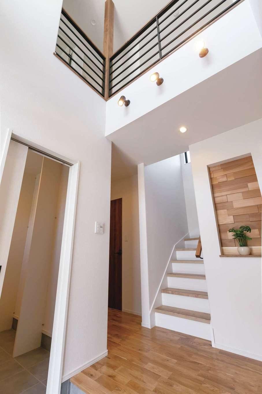Gate air house/阿部住宅【デザイン住宅、自然素材、間取り】吹抜けの大きなFIX窓からたっぷりの光が降り注ぐ玄関ホール。大容量のシューズクローゼットも完備