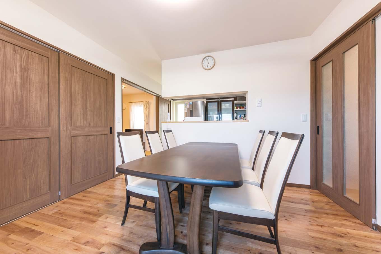 1階DKは家族の動線とお客さんの目線に配慮して計画。親戚が集まるときには和室も一体化できるよう、建具にもひと工夫