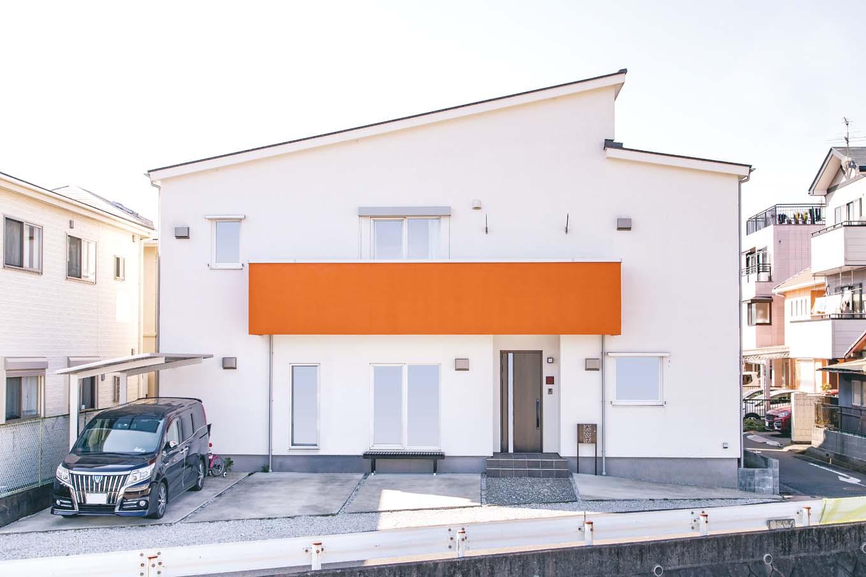 住宅街になじみながらも、パッと明るい個性を放つ外観。外壁にはメンテナンスフリーで、高い耐火性や衝撃耐性をもつ、ドイツ生まれの「アルセコ」が使われる