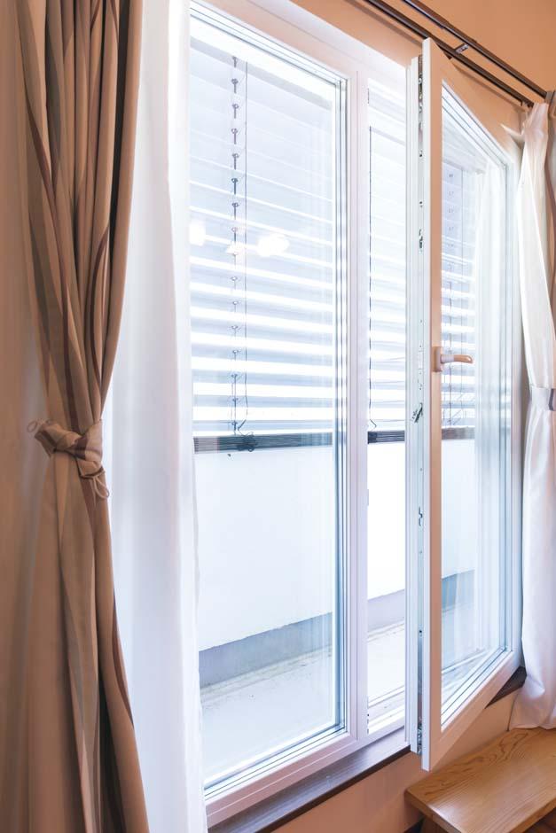 建物全体の熱損失のうち約40%が窓からといわれるが、同社ではヨーロッパ製のトリプルガラス樹脂サッシを標準採用する。遮音性の高さも魅力で、以前は近くの田んぼからカエルの鳴き声が届いたが、今はまったく気にならないそう。夏の日差しが強い面では、さらに外付けのブラインドシステムが設置され、光と風をコントロール。外部からの影響を最小限にしている