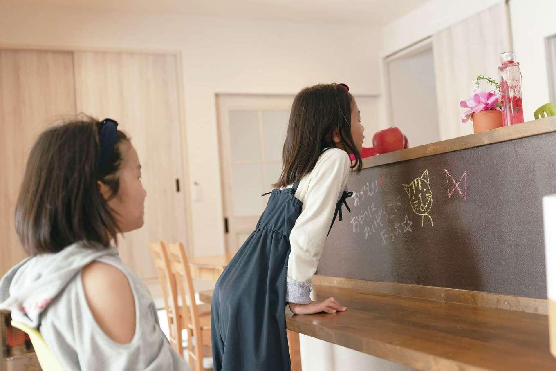 甲静ハウジング【子育て、収納力、間取り】キッチンカウンターは黒板塗料で塗装。鉄板入りなので磁石も使える