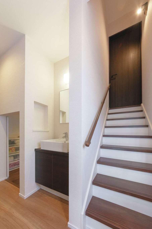 甲静ハウジング【子育て、収納力、間取り】2階のホールには洗面も完備