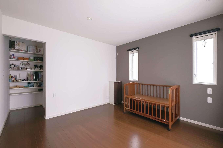 ユニバーサルホーム(藤枝・静岡南・清水)【子育て、省エネ、間取り】主寝室は床とクロスの色をダーク系にして安らぎの空間に。3畳のウォークインクローゼットは、雛人形などの季節物も収納できて便利