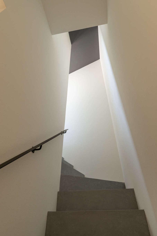 キッシュ『あの家』【デザイン住宅、趣味、インテリア】一見するとモルタルのように見えるが、実は木材に塗装を施した階段。コストを抑えつつ、独特な雰囲気をつくりだせる。こういった、さまざまな素材づかいの提案ができるのも『キッシュ』の強み