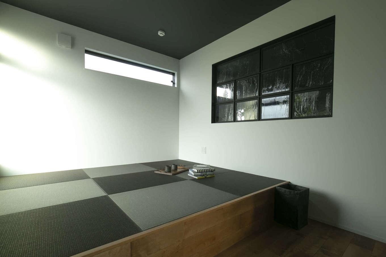 キッシュ『あの家』【デザイン住宅、趣味、インテリア】3階の寝室はベッドスペースを小上がりにした。洗濯物をたたむ時などにちょっと腰かけられるのも◎