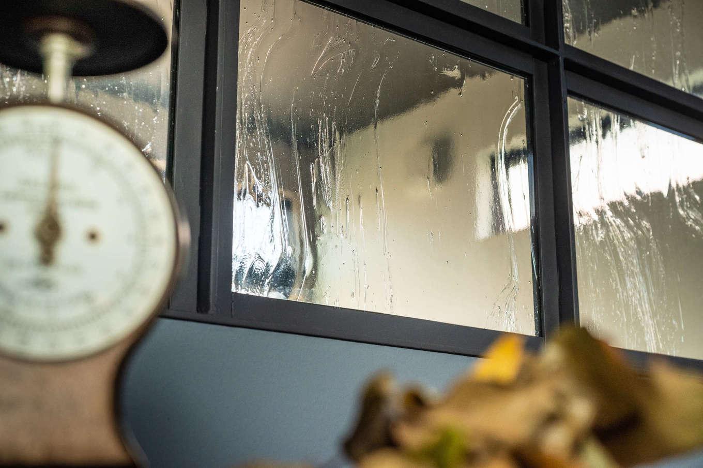 キッシュ『あの家』【デザイン住宅、趣味、インテリア】「人がやらないデザインを」と、寝室と書斎の間に窓を設置。長谷川さんが好きという雨が降っているようなガラスをはめ込んだ。アンティーク雑貨が部屋に表情を添える
