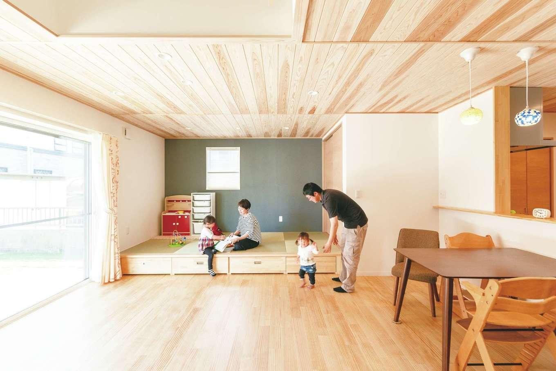 LDKの床は明るい色のパイン材。小上がりの畳コーナー下の引き出しにおもちゃも隠せる