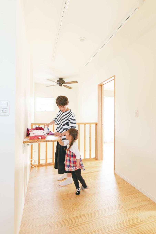 家の中の空気の循環を考慮した、吹き抜け上部の室内干しスペース。収納できる作業台で洗濯物の畳みやアイロンがけなど、ここ1か所で作業が完結