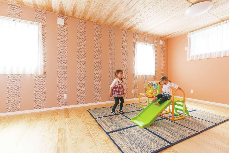 ピンクを基調にしたクロスがかわいい子ども部屋
