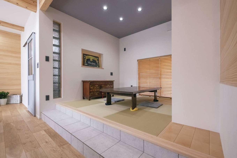 小玉建設【デザイン住宅、子育て、間取り】スキップフロアの要素を取り入れた小上がりの和室。タイルを用いたステップ部分が個性的。カジュアルながら本格和室の趣がある