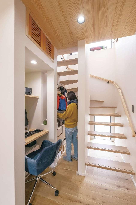 小玉建設【デザイン住宅、子育て、間取り】デッドスペースになりがちな階段下はスケルトンにして、収納棚を設置。2階に持って行く必要がない上着や学用品、書類などを収納している。目的を明確にして造作したため、使い勝手は抜群。共有のパソコンスペースも来客の視線に入らないのでリビングもスッキリ