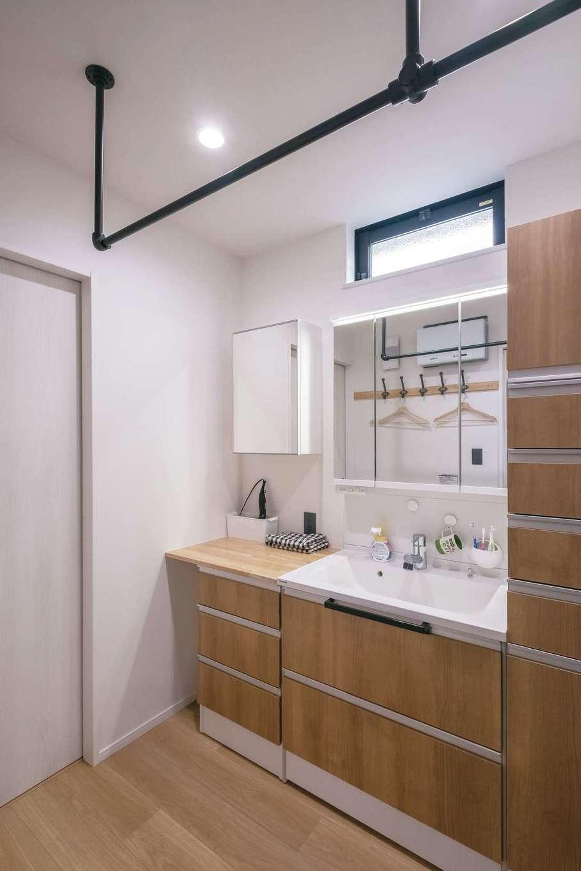 小玉建設【デザイン住宅、子育て、間取り】天井を強化してパイプを取り付けた洗面脱衣所。洗濯をするとかなり重くなるお子さんの柔道着を吊しても安心の強度