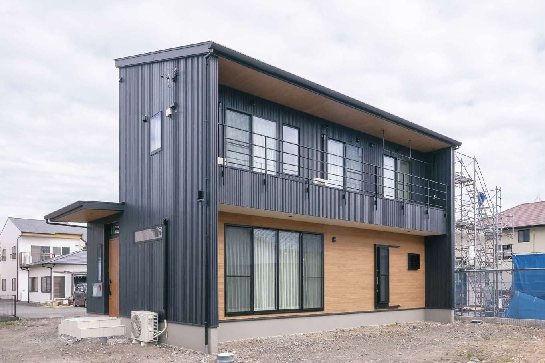 小玉建設【デザイン住宅、子育て、間取り】外観は黒のガルバリウム鋼板で男前な仕上がり。これから設置する大きなウッドデッキは、キッチンのドアから直接出入りできる設計
