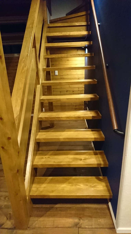 TDホーム静岡西 ウエストンホームズ【デザイン住宅、自然素材、間取り】吹抜けのリビングイン階段。スケルトンにしたことで目線が抜け、より開放感が生まれる。手すり、踏み板も無垢材を使い、大工職人の手しごとで丁寧に仕上げた