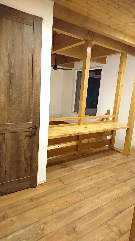 TDホーム静岡西 ウエストンホームズ【デザイン住宅、自然素材、間取り】2階ホールのデッドスペースを有効利用してカウンターを造作。ご主人と奥さまがネットサーフィンを楽しんだり、子どもたちが宿題をしたり、家族共有のスペースに