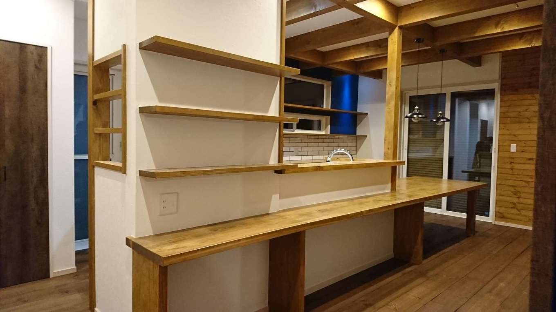 TDホーム静岡西 ウエストンホームズ【デザイン住宅、自然素材、間取り】キッチンとカウンターが一体化するように造り込んだ、唯一無二のダイニングテーブル。棚やニッチも造作して空間を統一した