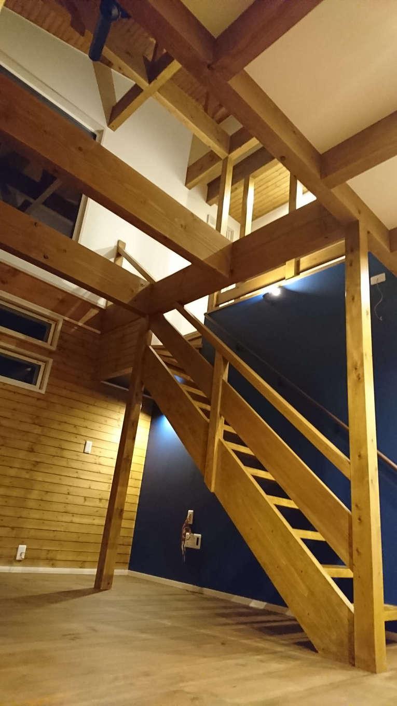 TDホーム静岡西 ウエストンホームズ【デザイン住宅、自然素材、間取り】柱や梁はもちろん、クローゼット内の壁材に至るまで県内産の無垢材を使い、しかも、その都度製材所に発注して仕入れるのが同社のこだわり。全棟構造計算を行い、耐震等級3を取得しているので、永く安心して暮らすことができる