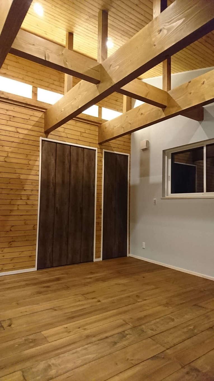 TDホーム静岡西 ウエストンホームズ【デザイン住宅、自然素材、間取り】勾配天井を活かして、より開放的に感じる主寝室。床だけでなく、天井と壁にも無垢材を使い、温かみを感じる空間に。クローゼットの扉の色を変えてアクセントをつけた