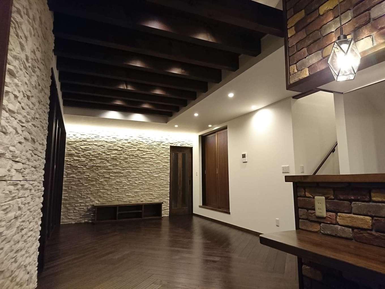 TDホーム静岡西 ウエストンホームズ【デザイン住宅、夫婦で暮らす、間取り】無垢の床、キッチンのレンガ、テレビステーションの天然石など、本物の自然素材を上手に組み合わせることで上質な空間が生まれ、住まう人の気持ちまで豊かにしてくれる