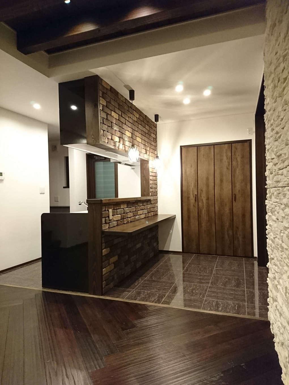 アンティーク調のレンガを贅沢に貼ったブルックリンスタイルのキッチンは、おしゃれな店舗のような雰囲気。床にタイルを貼り、リビングとのメリハリをつけた。パントリー、水回りへの動線もスマートで、共働き奥さまの家事時間を短縮する