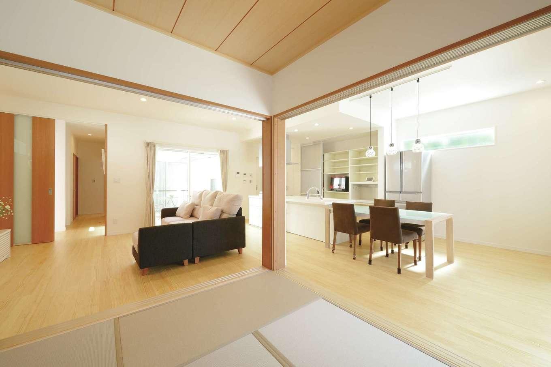 中庭から各居室に満遍なく光が射し込み、明るくて快適な住空間を実現