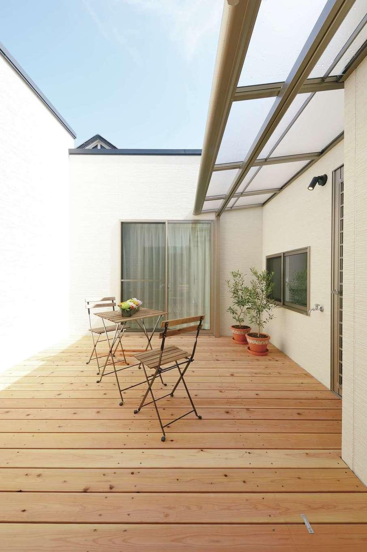 8畳の中庭は、視線を気にせずBBQをしたり、洗濯物を干したりユーティリティに使える。夜はライトアップされ、湯船に浸かりながらオリーブの木を眺める