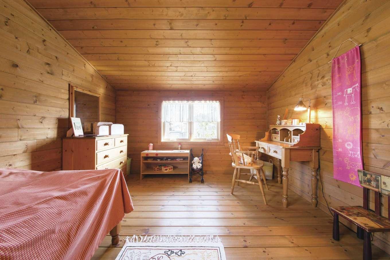 BESS浜松【浜松市西区志都呂1-22-19・モデルハウス】2階居室の一つは、子ども室をイメージ。緩やかな勾配天井に隠れ家的な雰囲気が漂う