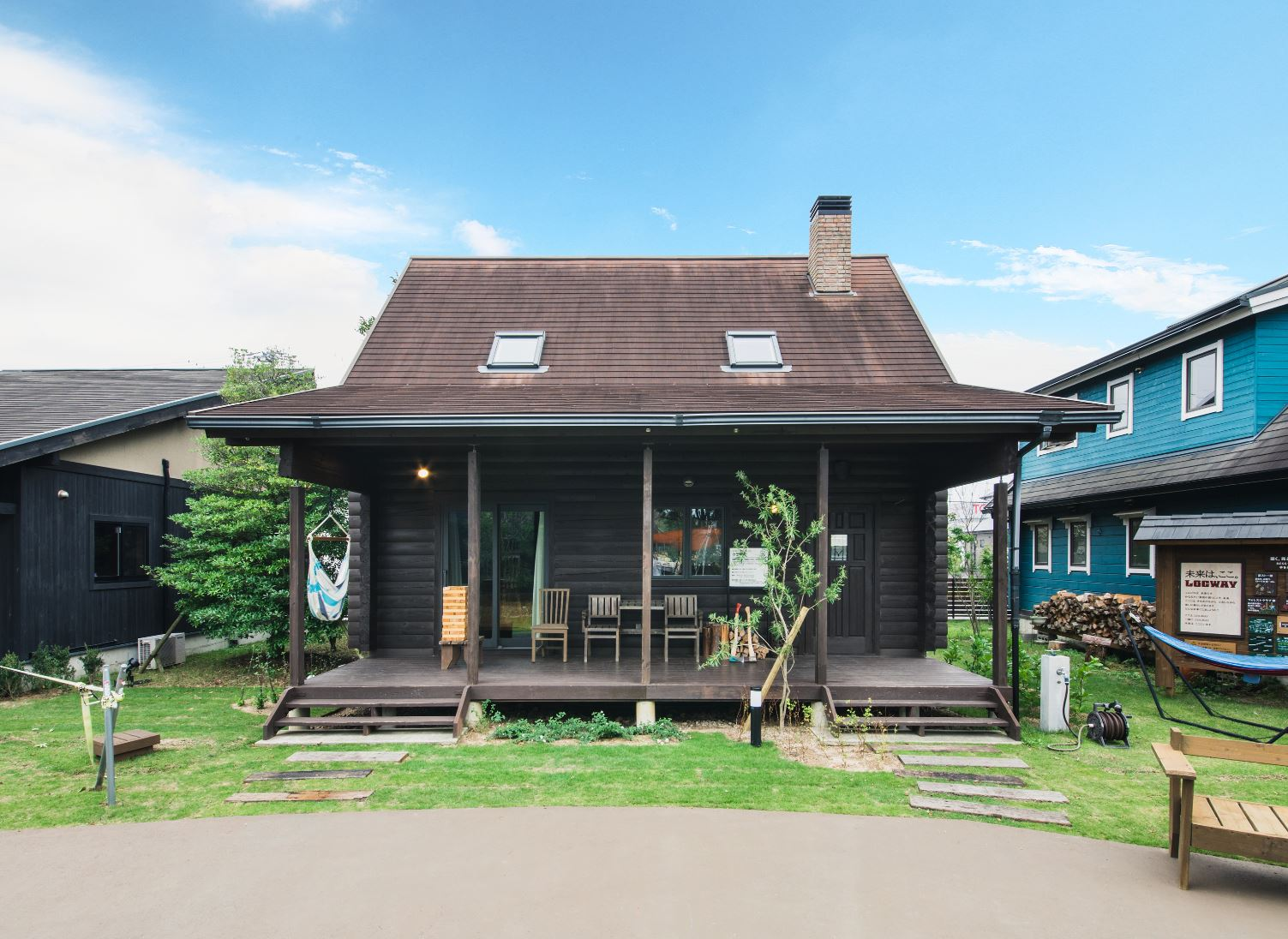 BESS浜松【浜松市西区志都呂1-22-19・モデルハウス】三角屋根から煙突が飛び出し、ウッドデッキが広がる姿が絵になる
