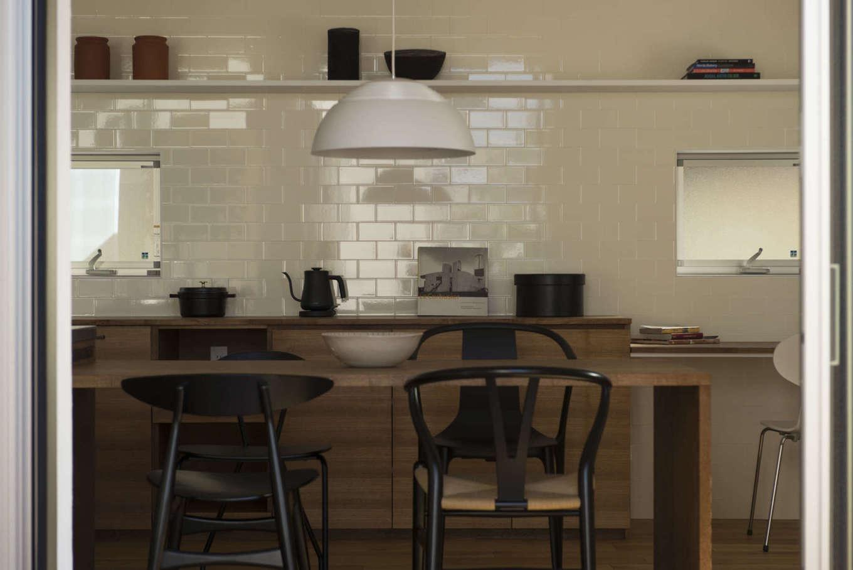 キッチンを取り囲むように造作で仕上げた一体型のカウンターテーブル。休日には仲間を招いてホームパーティ。ゲストがダイニングキッチンに集い、作る・食べる・語るを満喫