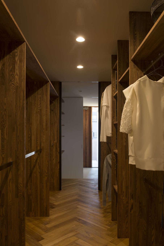 1日のはじまりに服を選ぶ瞬間は、ファッション好きな夫妻のテンションを左右する大切なひととき。ファミリークローゼットにはヘリンボーンの床と木製の棚、そしてお気に入りの壁紙をコーディネートして、セレクトショップのように洗練された空間に