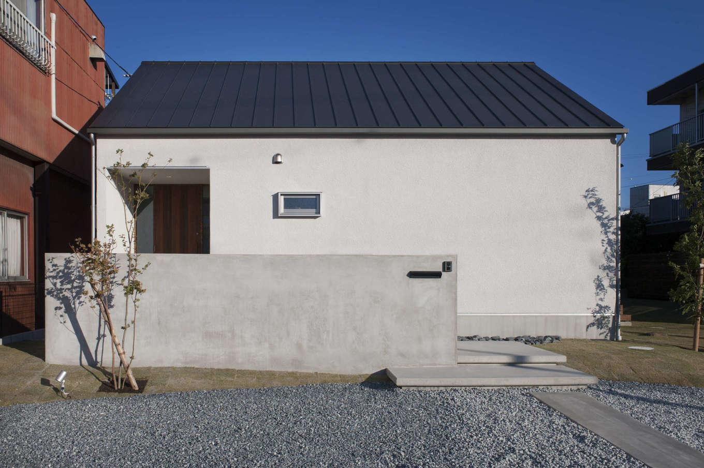 広い敷地にゆったりと建つ外観は、アンドリュー・ワイエスの風景画に出てくる家を思わせるシンプルな設え。塗り壁が上質感と温かみを感じさせる