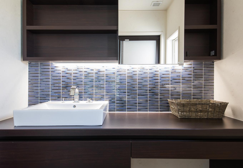 静鉄ホームズ【デザイン住宅、省エネ、インテリア】ホテルライクなデザインのスタイリッシュな洗面台。洗面ボウルの横にゆったりとしたカウンタースペースがあるため、ご夫婦ならんで朝の支度もゆったりとできる