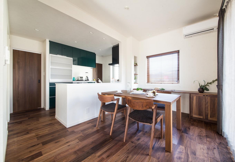 静鉄ホームズ【デザイン住宅、省エネ、インテリア】カウンターやニッチなども設けたダイニング空間。対面式のキッチンで家族との会話も弾む