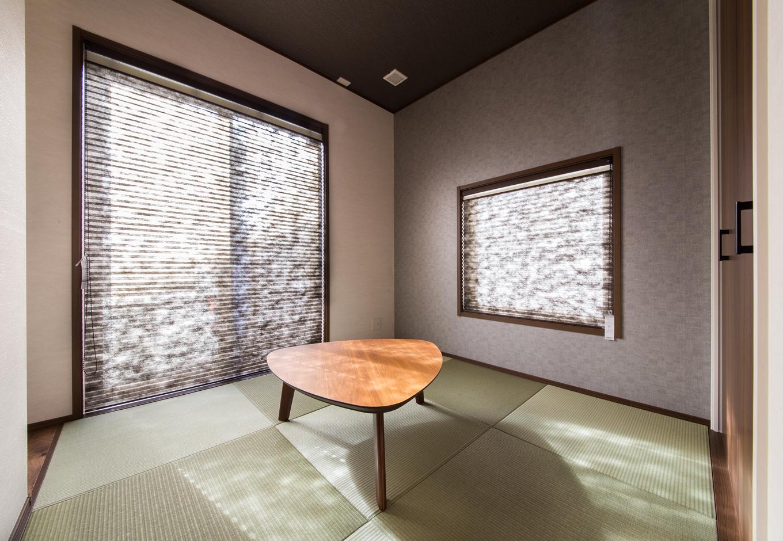 静鉄ホームズ【デザイン住宅、省エネ、インテリア】リビングなどを通らずに玄関からそのままアクセスできる独立した和室。縁のない琉球畳を採用し、和の中にもモダンな印象を与える