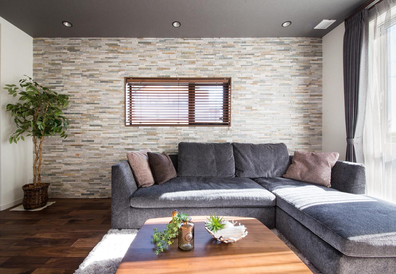 静鉄ホームズ【デザイン住宅、省エネ、インテリア】間接照明やアクセントウォールとしてタイルを施した一面の壁で重厚感のあるリビング空間に。