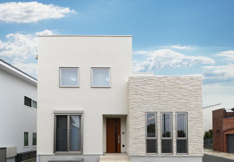 静鉄ホームズ【デザイン住宅、省エネ、インテリア】キュービックを組み合わせた外観。凹凸のある外壁材が真っ白な建物に奥行き感のある表情を生み出す