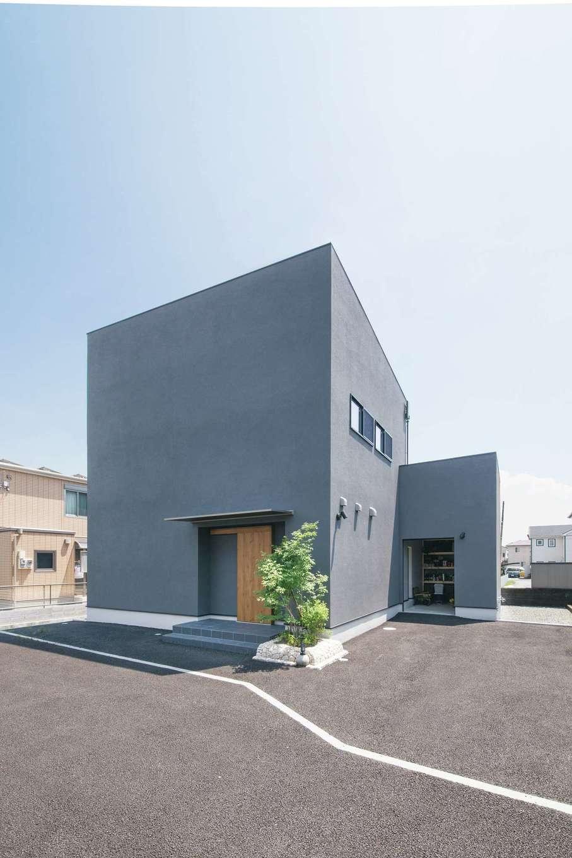 静鉄ホームズ【デザイン住宅、間取り、インテリア】ほとんど窓がない無機質な外観デザイン。右奥がインナーガレージ